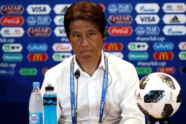 Akira Nishino, técnico do Japão, se esforçou para segurar o choro em entrevista coletiva após a