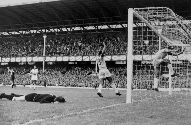 Garrincha marcou um gol na Copa de 66 contra a Bulgária e se pendurou na rede para