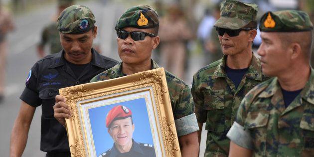 Militares tailandeses prestam homenagem ao mergulhador Samarn