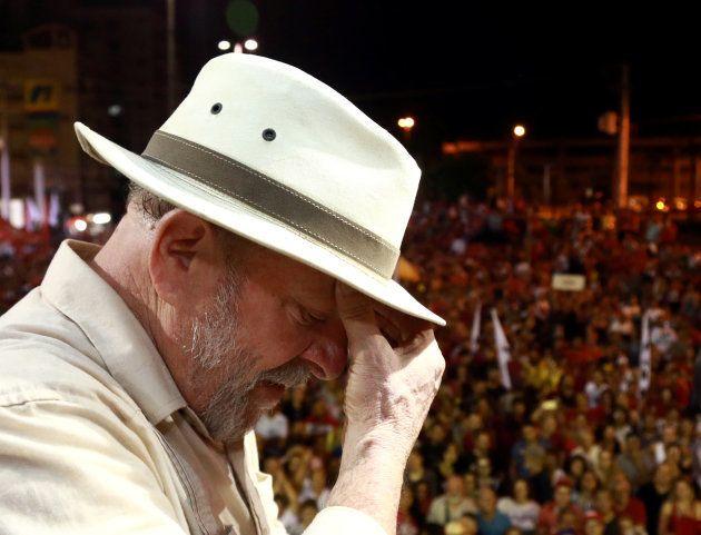 Como justificativa para manter a prisão de Lula, o presidente do TRF-4, Thompson Flores, afirmou que...