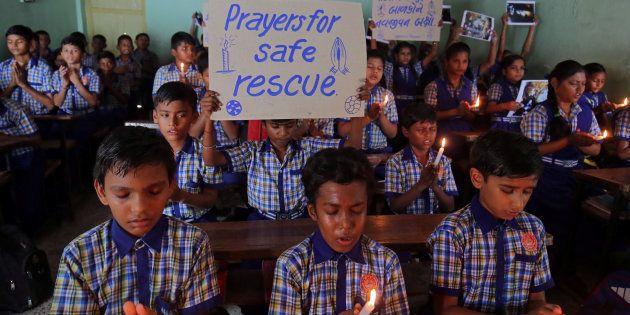 Grupo de alunos reza pelo resgate de meninos em caverna na