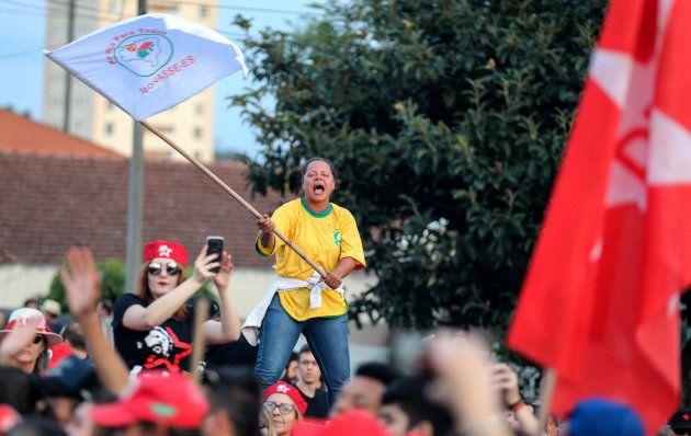 Expectativa com liberdade para Lula reacendeu a militância do PT em Curitiba, no domingo
