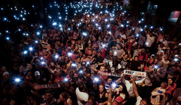 Militantes se reúnem em São Bernardo do Campo para manifestar apoio a Lula, no domingo