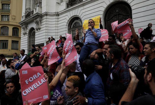 Manifestantes protestam em frente à Câmara Municipal nesta quinta-feira