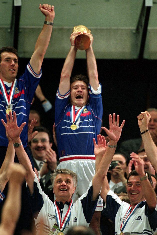 Didier Deschamps foi o capitão francês e ergueu a taça na conquista de 1998, sobre o