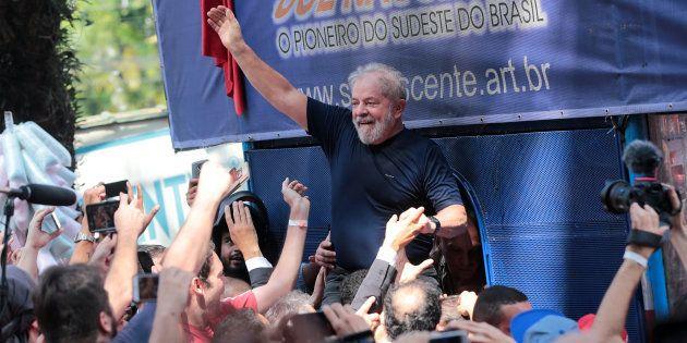 O PT afirma que Lula é o pré-candidato do partido à Presidência da República e que sua candidatura será...