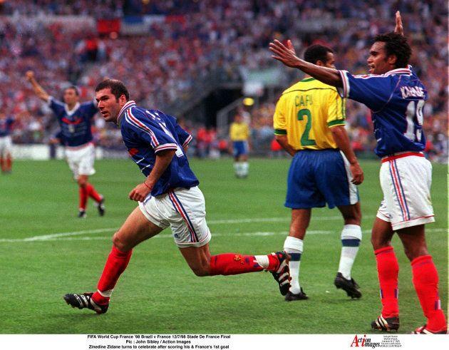 Zidane comemora um de seus gols na vitória por 3 a 0 sobre o Brasil em