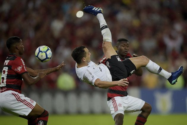 Rodriguinho em ação no clássico entre Corinthians e Flamengo. Bola volta a rolar nesta