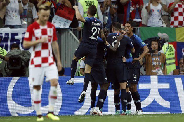 Franceses comemoram: Vitória por 4 a 2 sobre a Croácia garantiu bicampeonato mundial aos