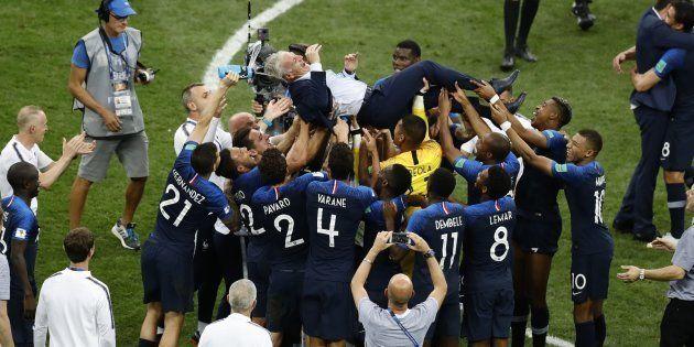 Jogadores da França se preparam para atirar o treinador para cima: Festa para