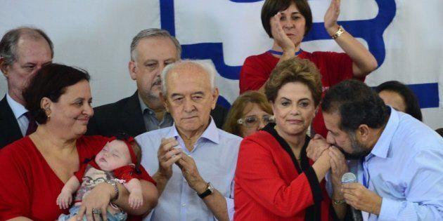 Presidente do PDT, Carlos Lupi, cumprimenta a então presidente Dilma Rousseff na convenção do PDT em