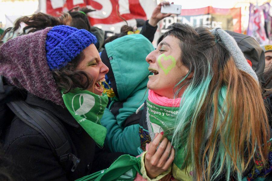 Mulheres comemoram resultado da votação na Câmara dos Deputados na Argentina: a favor da descriminalização...