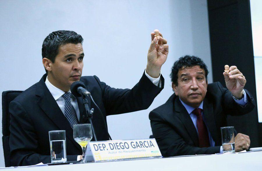 Os deputados Diego Garcia (Podemos-PR) e Magno Malta (PR-ES), levantam fetos de plástico em seminário...