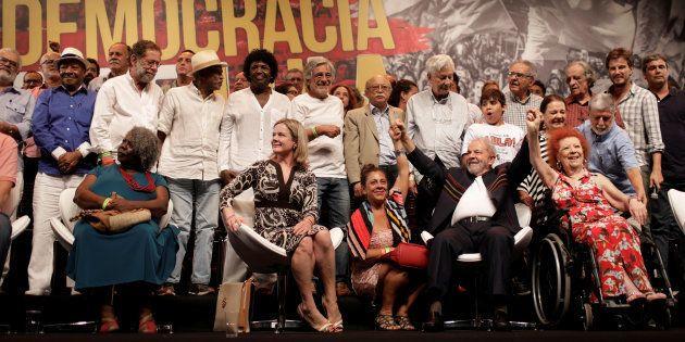 Lula com artistas e intelectuais durante