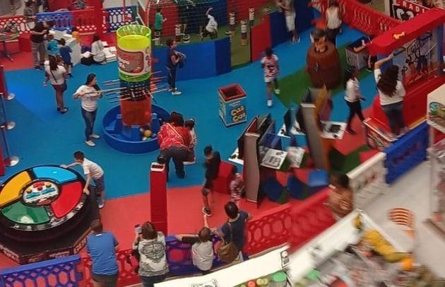 Brinquedos gigantes no shopping Parque Balneário, em