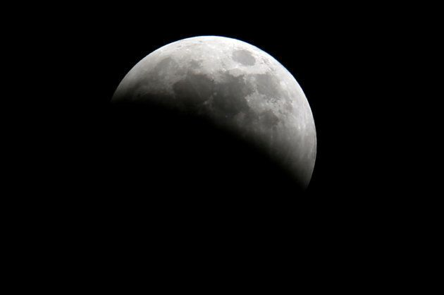 Nascimento do eclipse lunar próximo a Oloitoktok, na