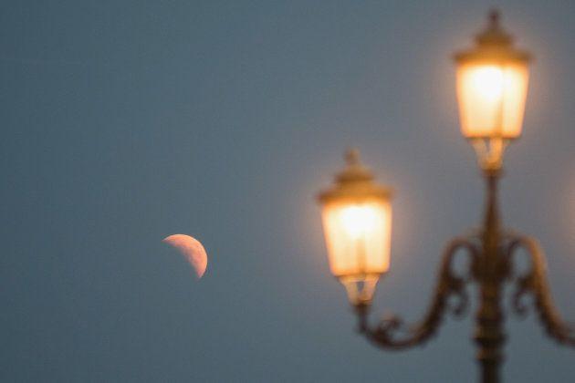 Nascimento da lua cheia logo após o eclipse lunar em Veneza, na