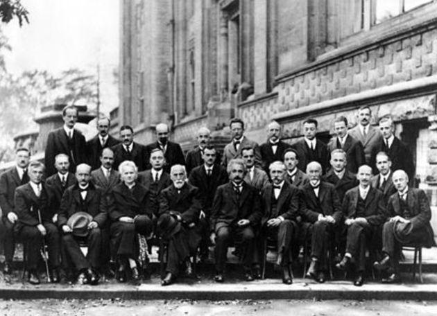 Retrato da Conferência de Solvay. Marie Curie é a única mulher entre os participantes.Da esquerda...