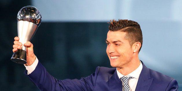 Cristiano Ronaldo recebe o The Best em 2017: Cena deverá se repetir em setembro deste