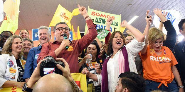 O presidente do PSB, Carlos Siqueira (com microfone), em evento em