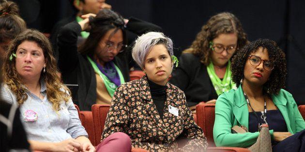 Movimentos feministas usam folha de arruda e lenços da campanha