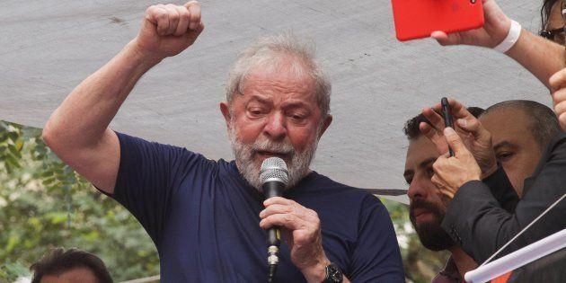 Lula discursa em São Bernardo do Campo momentos antes de sua prisão, em 7 de