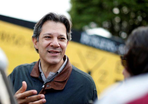 Haddad conversa com jornalistas em frente à sede da PF em Curitiba, após visita a