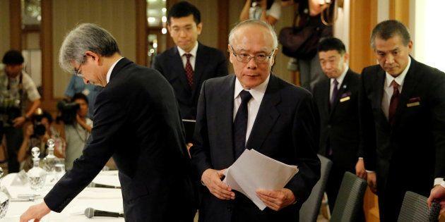 Tetsuo Yukioka, diretor da Universidade de Medicina de Tóquio; e Keisuke Miyazawa, vice-presidente da