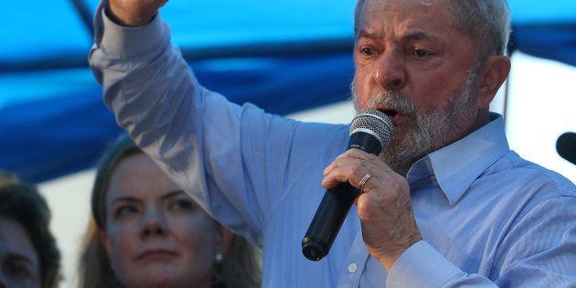 Lula em discurso em janeiro. Ao fundo, a presidente do PT, senadora Gleisi