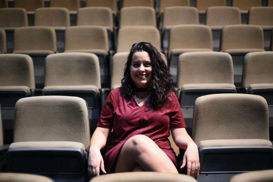 A jovem de 27 anos Letícia Bianchi descobriu o encanto pelo teatro aos 10, em uma das idas e vindas da