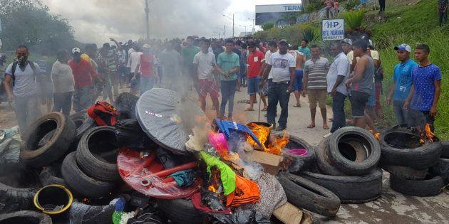 Acampamento de venezuelanos foi incendiado em Pacaraima (RR), na fronteira com a