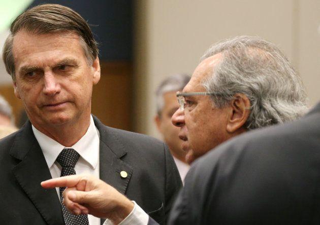 Jair Bolsonaro conversa com Paulo Guedes em evento no Rio de Janeiro, em 6 de