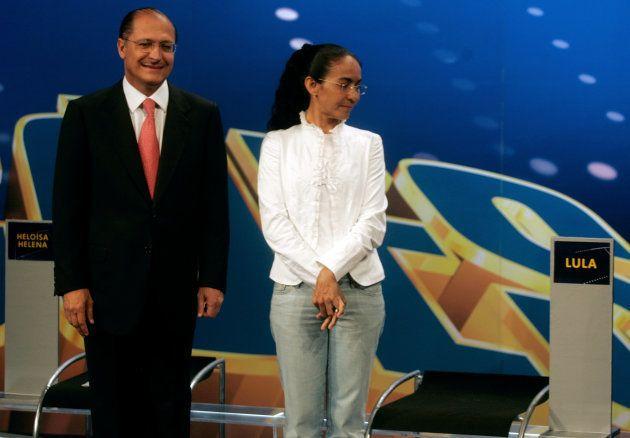 Ao lado de Alckmin, Heloisa Helena observa cadeira vazia de Lula em debate em