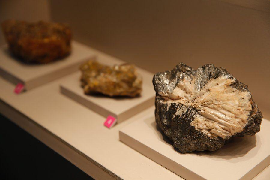 Exemplar de óxido Pirolussita com barita entre os Minerais da Coleção Werner, trazidos para o Brasil...