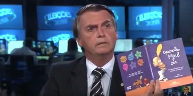 Kit gay: Livro exibido por Bolsonaro no Jornal Nacional nunca foi comprado pelo