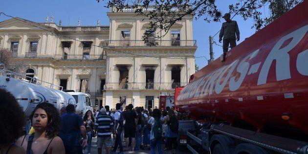 O protesto continuou do lado de fora do portão e houve momentos em que os manifestantes tentaram entrar,...