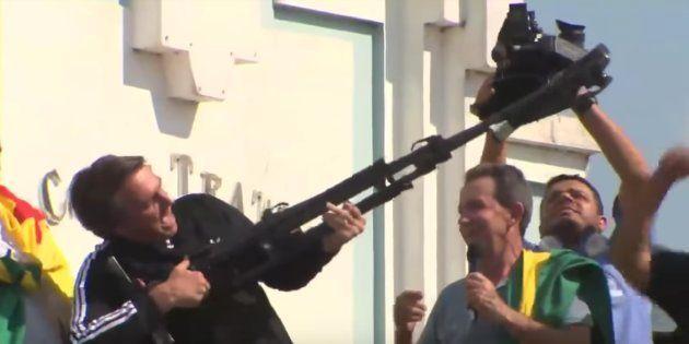 Jair Bolsonaro usa tripé para simular arma em campanha em Rio