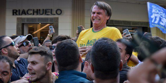 Candidato do PSL à Presidência, Jair Bolsonaro foi atingido por uma facada na região do abdomen em ato...