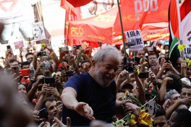 Assim como Bolsonaro, Lula também carrega uma legião de simpatizantes. Já com a prisão decretada, em...