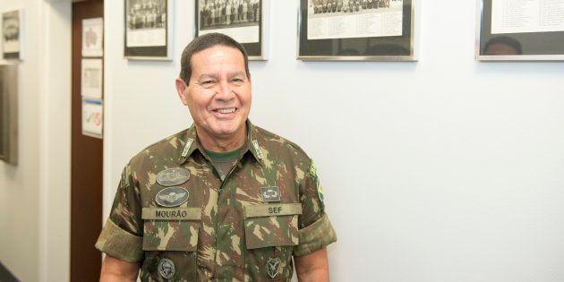 Após declarações controversas, general Antônio Hamilton Mourão amenizou o