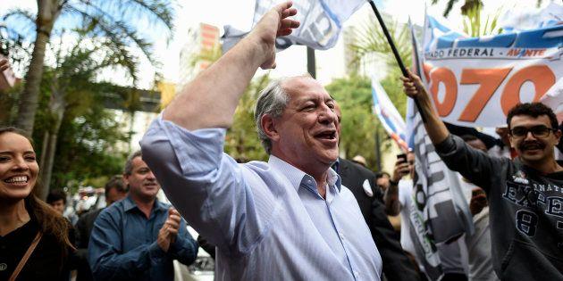 Ciro Gomes em agenda em Belo Horizonte, em agosto. À esquerda, Giselle Bezerra, sua