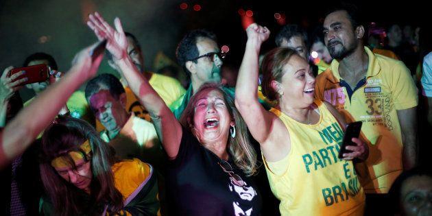 Apoiadores de Jair Bolsonaro comemoram seu favoritismo no 2º