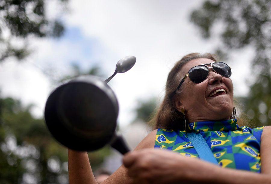 Manifestante faz panelaço contra a presidente Dilma Rousseff em