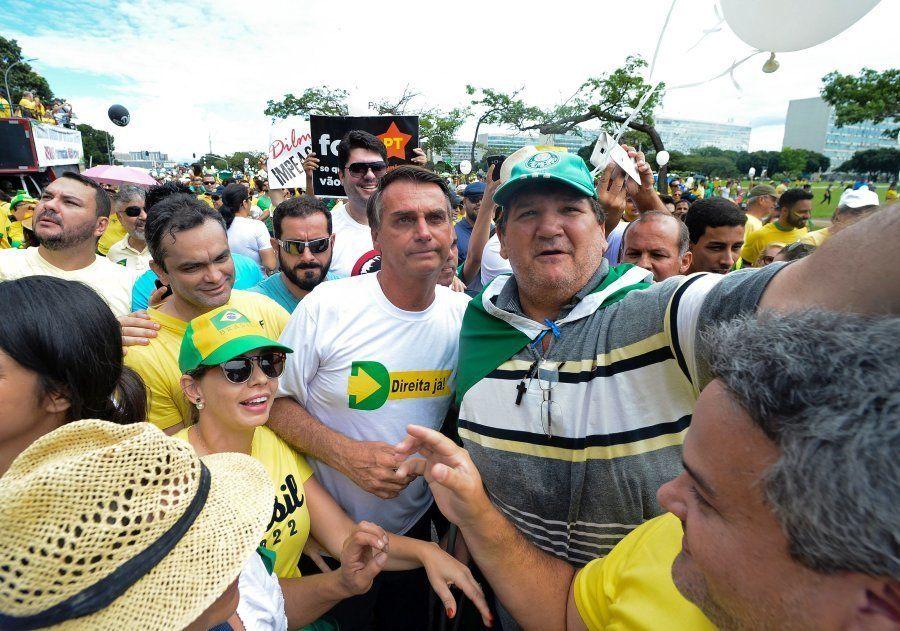 Na Esplanada dos Ministérios, Jair Bolsonaro é tratado como celebridade em protesto pelo impeachment...