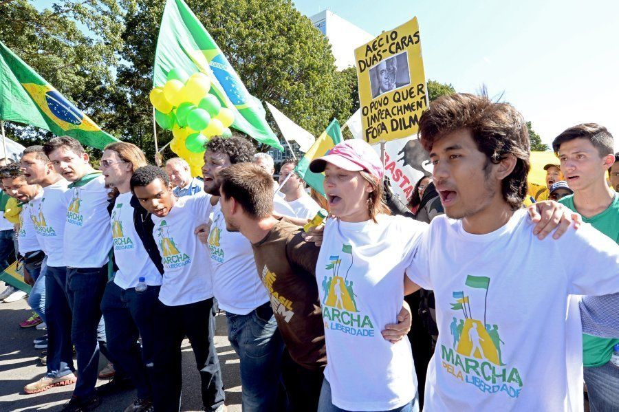 MBL lidera marcha contra Dilma Rousseff em