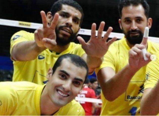 Atletas da seleção de vôlei, Wallace e Maurício fazem o número 17 com as