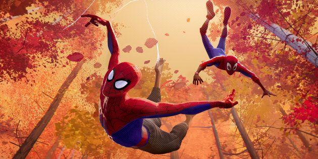 Animação leva às telas o Aranhaverso, onde diversos personagens, como Peter Parker e Miles Morales vestem...