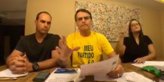 Ao lado do filho Eduardo, Bolsonaro nega esquema de fake news no WhatsApp e xinga