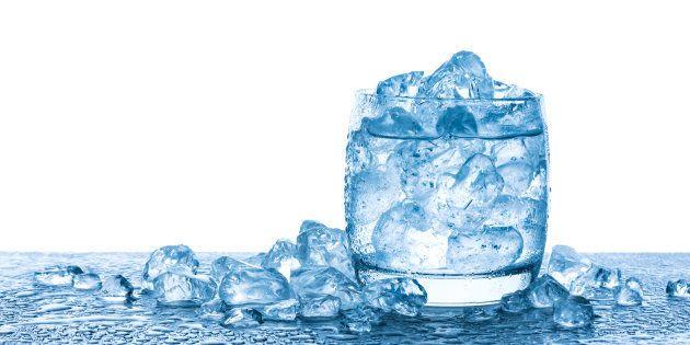 Beber água é fundamental para o funcionamento do