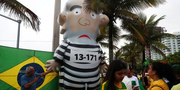 Apoiadores de Jair Bolsonaro se divertem com pixuleco representando ex-presidente Lula no Rio de Janeiro,...